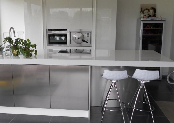 Barkrukken Keuken Design : Het roestvrijstalen eiland is voorzien van een tablet in bianco/bianco