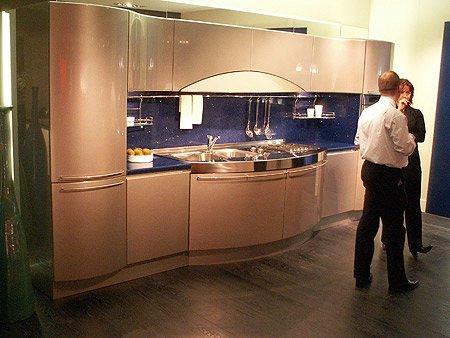 De Snaidero Ola keuken opstelling zoals die in Majano staat. Deze is Zilvergrijs metallic.