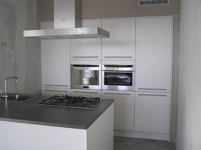 Hoge Kastenwand Keuken : De Snaidero hoge kasten zijn omtimmerd met gips zodat de hoge kasten