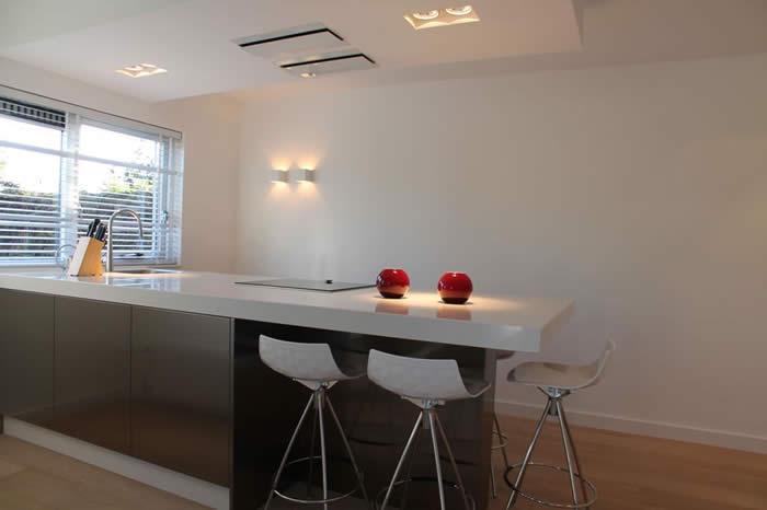 Verlaagde Plafond Keuken : de nieuwe keuken is verlichting gemonteerd in het verlaagde plafond