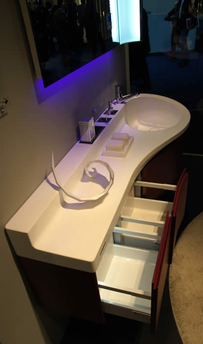 het pininfarina meubel van boven gezien onder de spiegel zit led verlichting gemonteerd hier