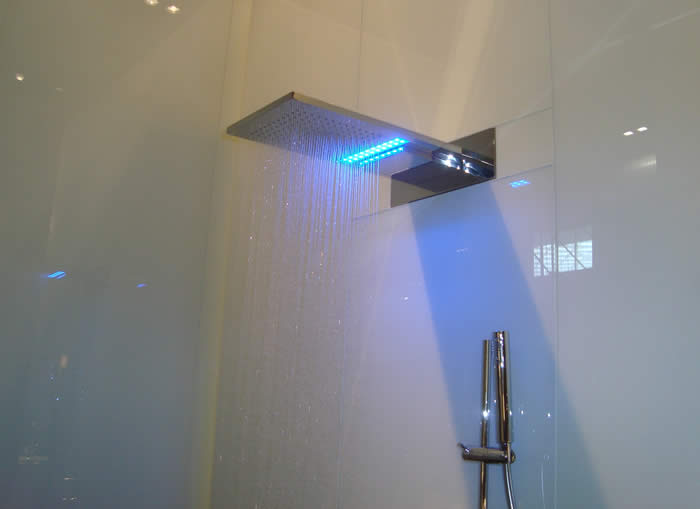 In de spiegel zit ook LED verlichting en de radio (is aan te sluiten ...