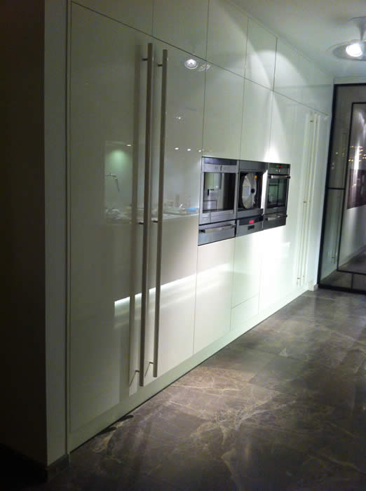 Keuken Design Amsterdam : De buitenste hoge kasten hebben we voorzien van grepen, anders werd