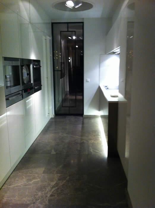 Keuken Design Amsterdam : De loze ruimte boven de hoge kasten hebben we opgevuld met op maat