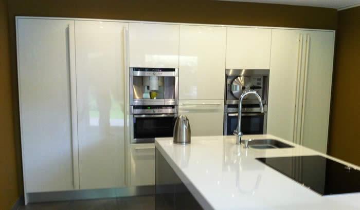 Kleur Muur Hoogglans Witte Keuken : Tegen de muur hebben we een lange wand met hoge kasten geplaatst. Deze