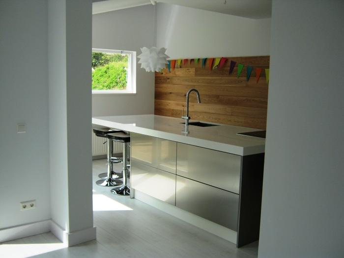Deze Italiaanse design keuken is uitgevoerd met een extra dik wit ...