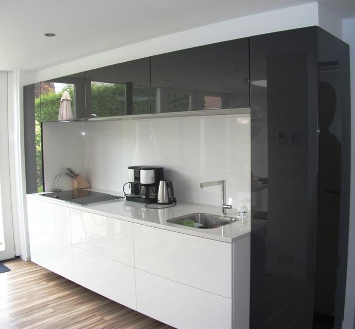 Grijze Keuken Met Zwart Blad : keuken is LED plintverlichting aangebracht. Is met name `s avonds erg