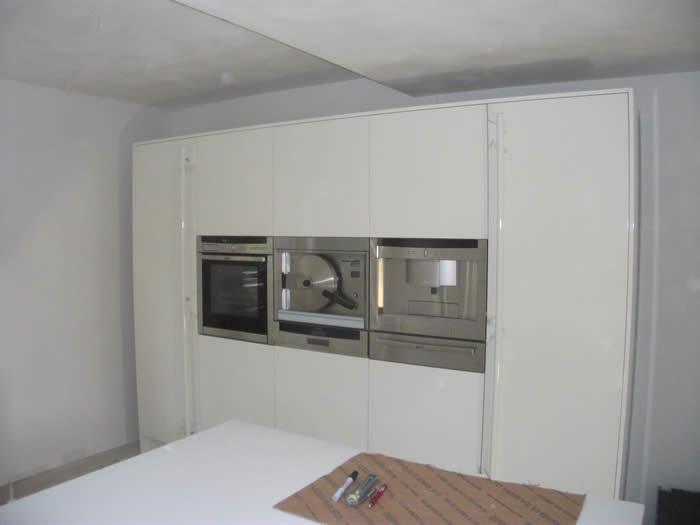 Hoge Kastenwand Keuken : In de hoge kastenwand is ook de nieuwe Neff combistoomoven B46C74N0