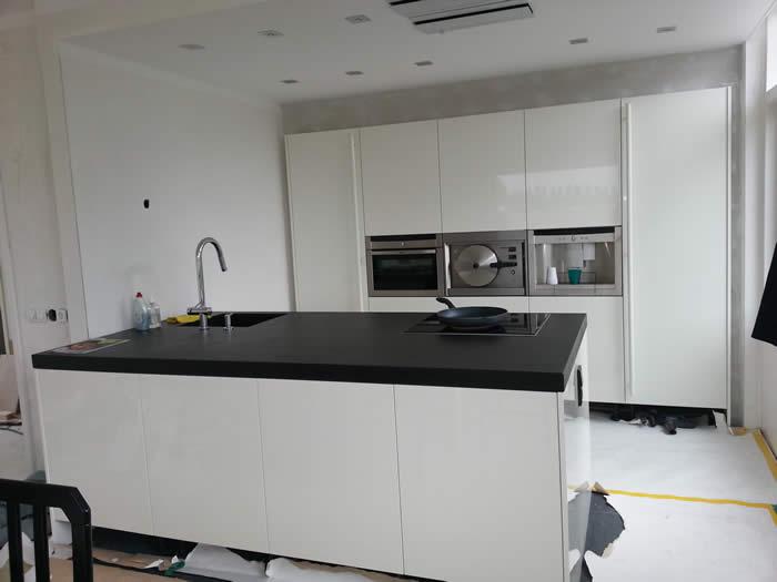 Grijze Keuken Met Wit Blad : Zwarte Hoogglans Gelakte Keuken Met Wit Composiet Werkblad Picture