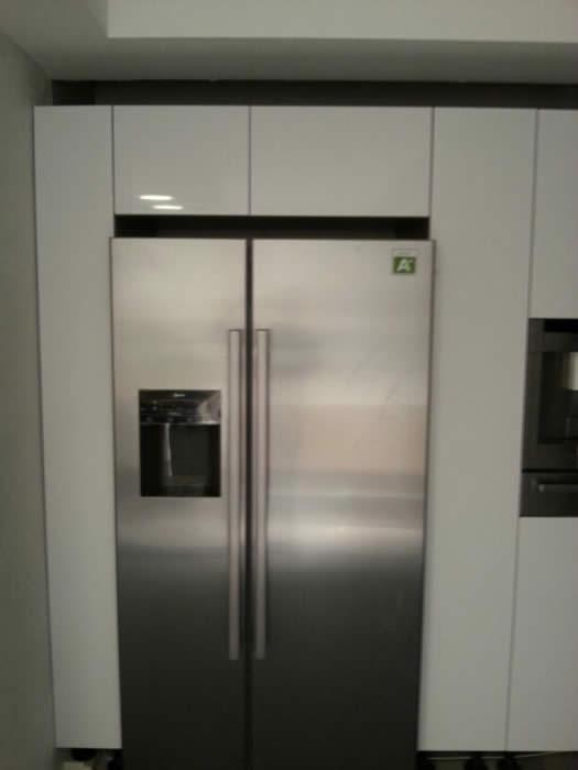 Amerikaanse Keuken Apparatuur : De Amerikaanse koelkast is gemonteerd tussen twee kasten maar moet nog