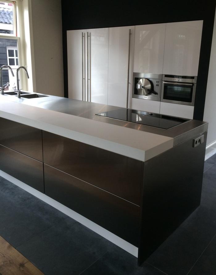 Design Keuken Amsterdam : De afzuigkap van deze Snaidero designkeuken is in het plafond verwerkt