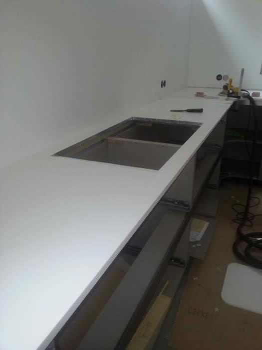 Corian Achterwand Keuken : deze Snaidero Ola 20 keuken is het werkblad van wit Corian gemaakt