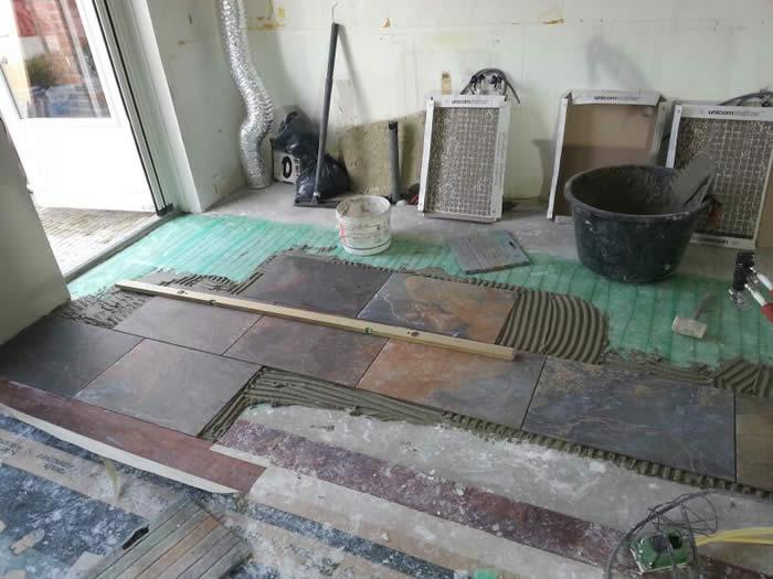 Tegelvloer Onder Keuken : De (door klant zelf aangeleverde) vloertegels worden door Jan en Joop