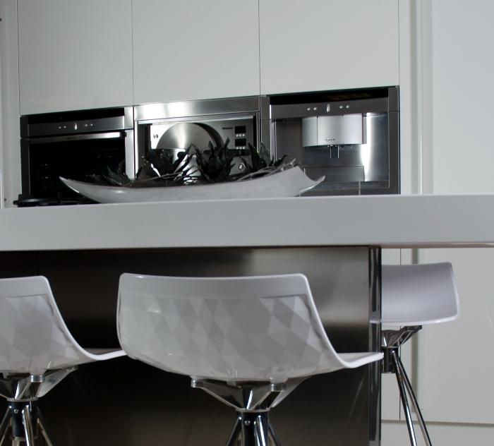 Foto van een Snaidero keuken met hoge druk stoomoven.