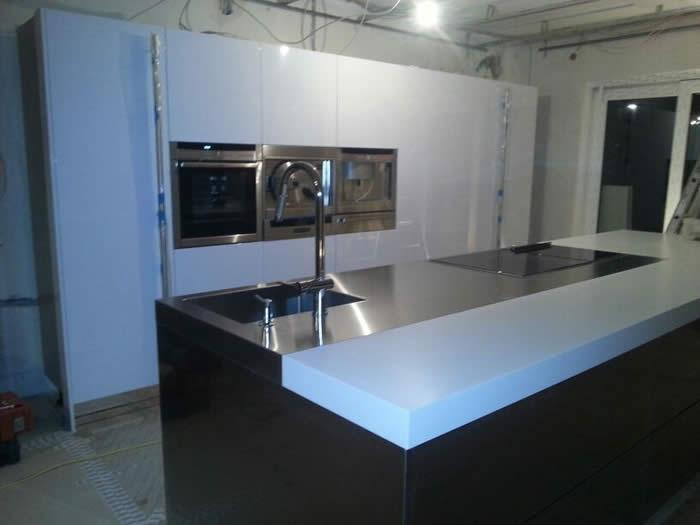 Keuken Hoogglans Wit Schoonmaken : een schilder de kwasten gaat schoonmaken in de mooie nieuwe keuken