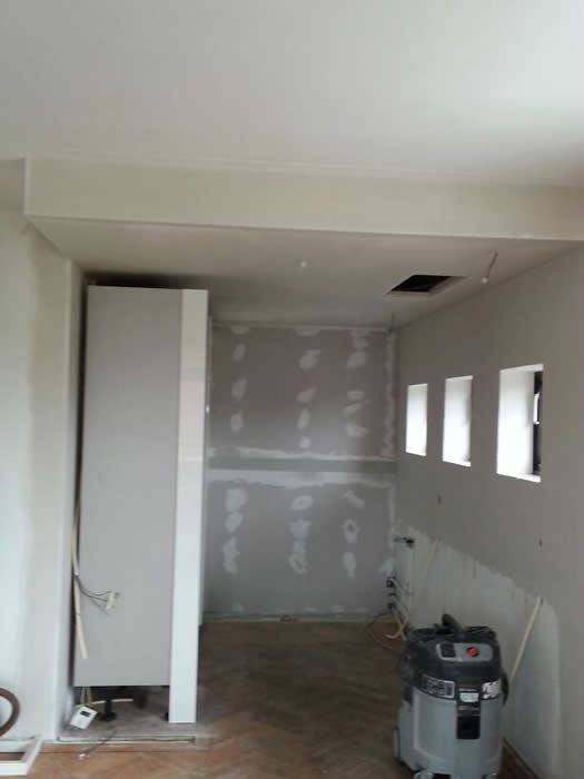 Verlaagde Plafond Keuken : afzuigkap van de nieuwe keuken is in het verlaagde plafond ingebouwd