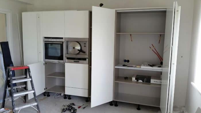 Pantry Kast Keuken : Helemaal rechts in de kastenwand zit een pantrykast voor de losse