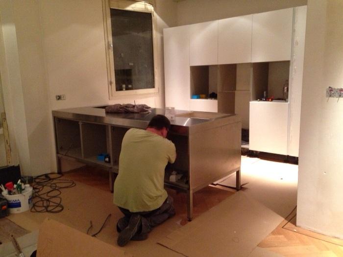Keuken Design Amsterdam : De stroom wordt verlegd binnen de kasten zodat je geen draden ziet
