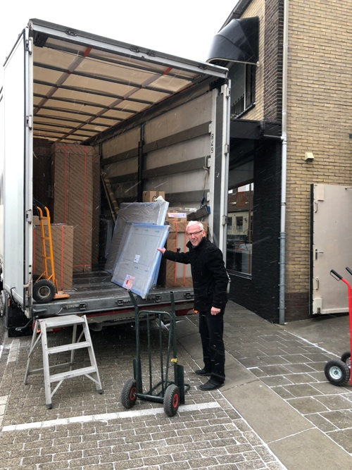 De nieuwe Snaidero keuken wordt gelost in ons magazijn in Arnemuiden.