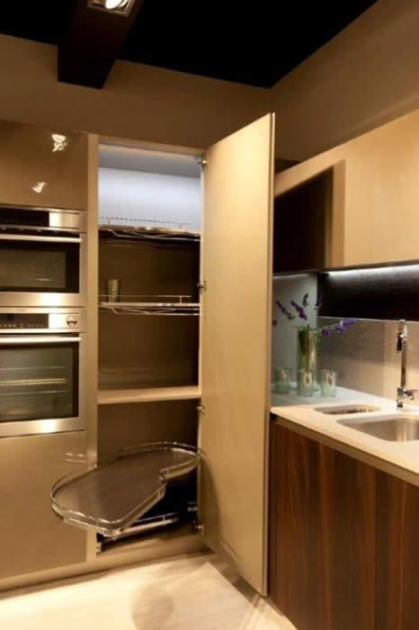 """Hoekkast Keuken Oplossing : De hoge hoekkast oplossing met """"le-mans"""" draaiplateau in de Snaidero"""