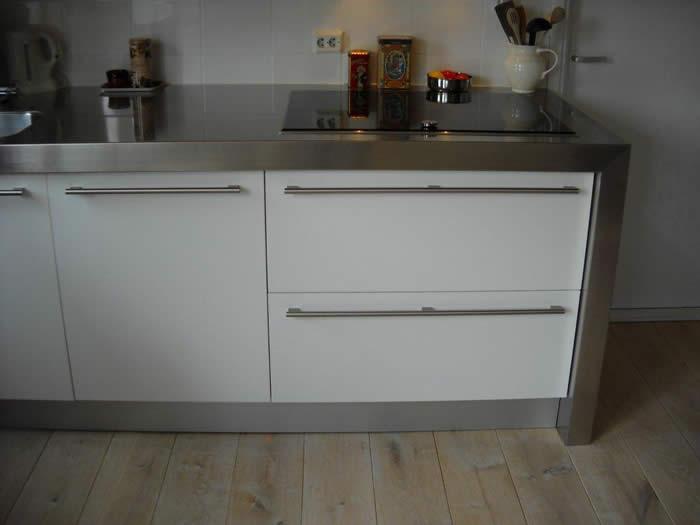 Handgrepen Keuken Rvs : keuken van deze klant heeft de kleur Parelwit. In combinatie met RVS