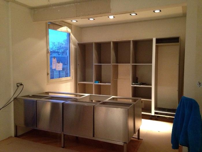 Fusion Design Keukens : De stalen keuken staat op een houten vloer ...