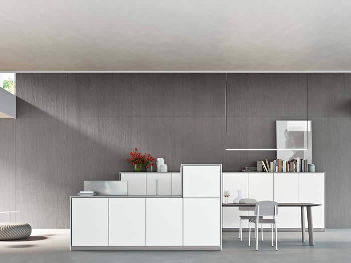 De Snaidero Elle keuken. Deze greeploze keuken is in wit ton-sur-ton gepland.