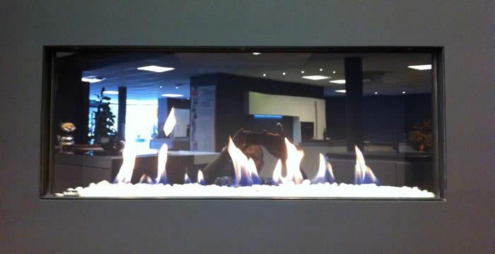 Op deze foto ziet u de Helex gashaard met de carraraset brandend in onze showroom.