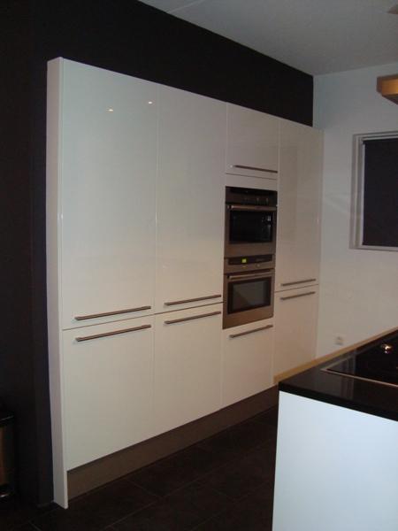 Hoge Kastenwand Keuken : De hoge kasten van deze Snaidero keuken zijn omtimmerd zodat ze als
