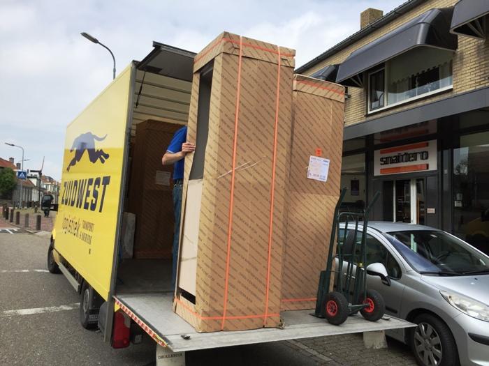 De nieuwe keuken gaat op transport naar de klant in Haarlem.