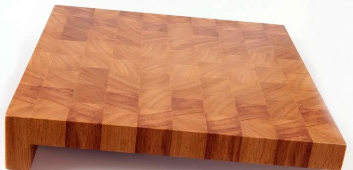 Voor deze klant hebben we een schuifbare snijplank in Iroko gemaakt voor op het eiland.