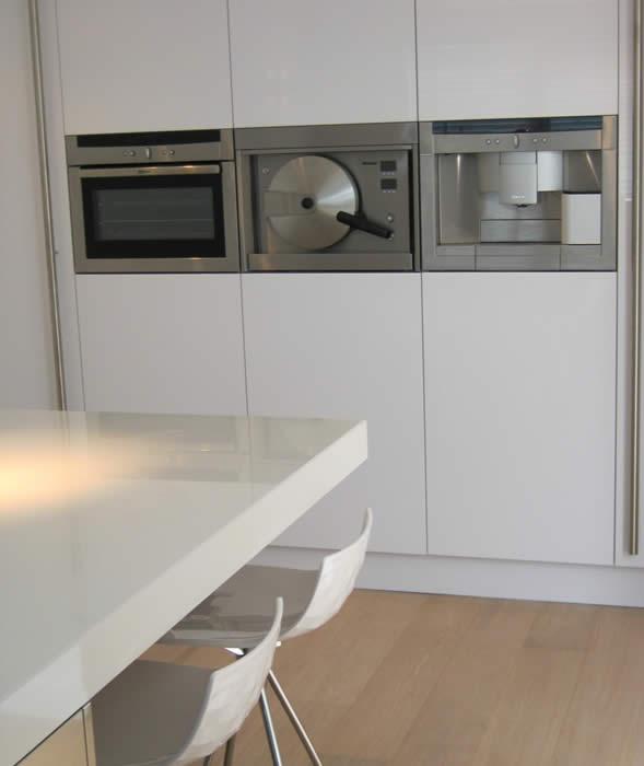 Witte Keuken Houten Vloer : De buitenste hoge kasten van deze Italiaanse design keuken hebben