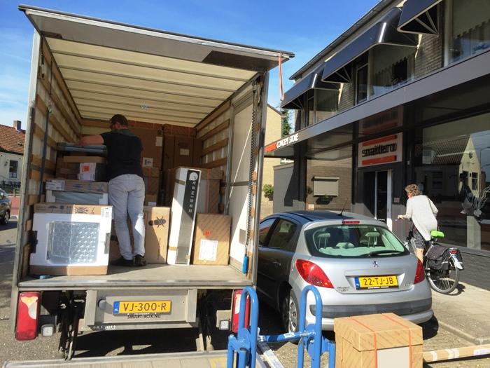 De Snaidero keuken gaat op transport naar de klant in Hendrik Ido Ambacht.