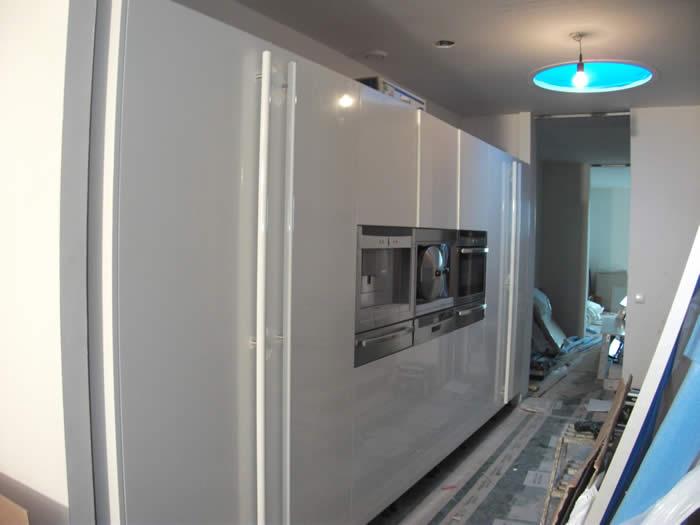 Keuken Design Amsterdam : De hoge kasten wand is bijna klaar. Boven de hoge kasten moeten nu nog