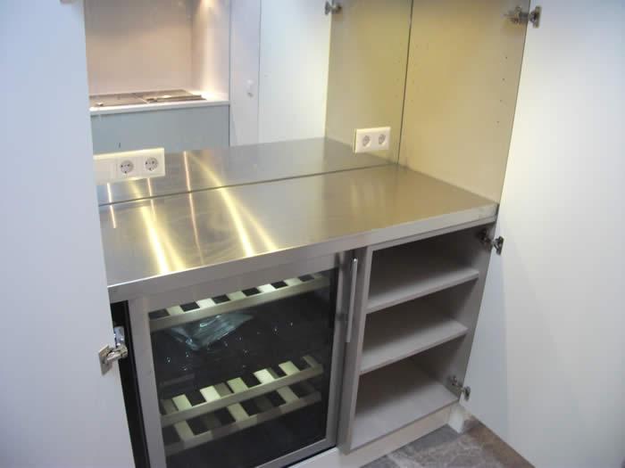 Stopcontact Keuken Hoogte : Bij de pantry kast hebben we ook een wijnkoeler gemonteerd. Achter het