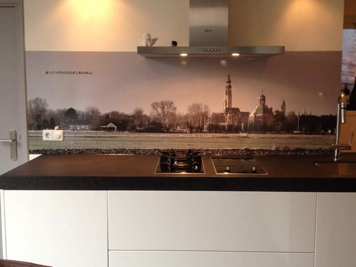 Keuken Aanrecht Achterwand : Op de achterwand van de keuken is een afbeelding van Middelburg