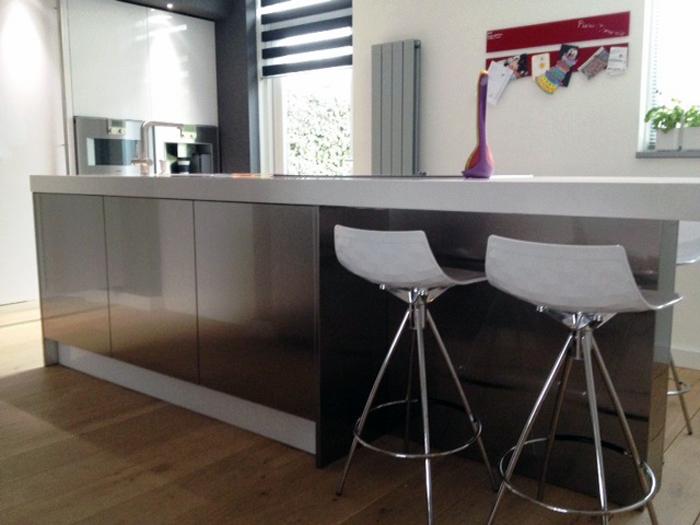 Barkrukken Keuken Design : De witte barkrukken passen goed bij deze Italiaanse design keuken
