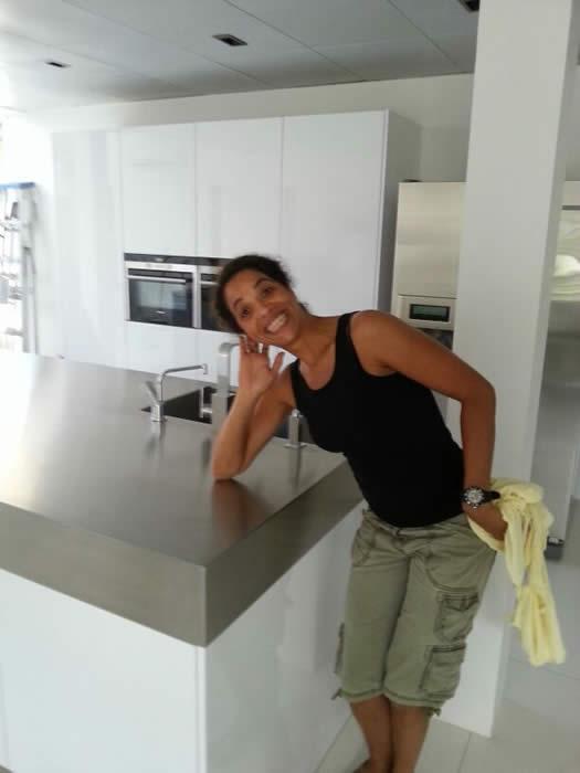 Keuken Design Suriname : Ook de plafondafzuigkap is gemonteerd in de keuken. Steef moet alleen