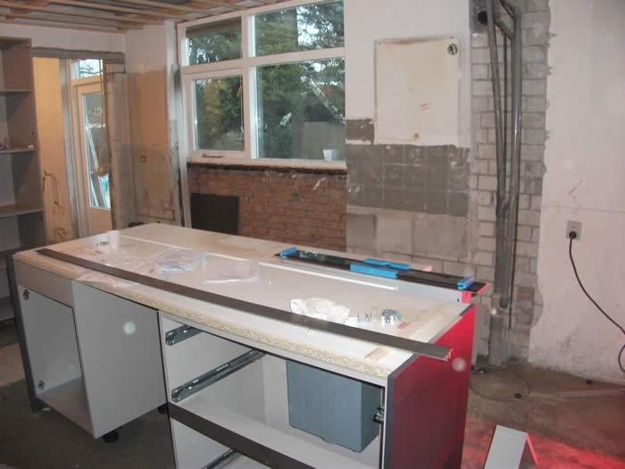 De onderbouw van het keuken eiland wordt opgezet door Jan en Joop.