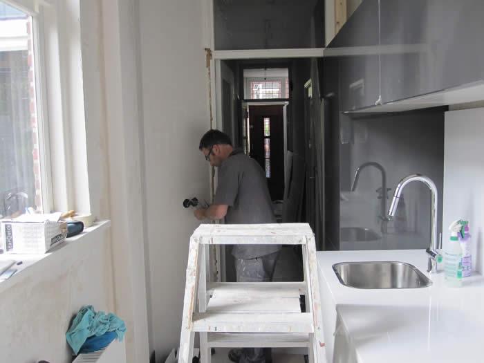 Joop is nog bezig met de electra van de nieuwe keuken.