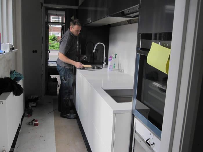 Ook de wandkasten van de keuken zijn inmiddels gemonteerd.