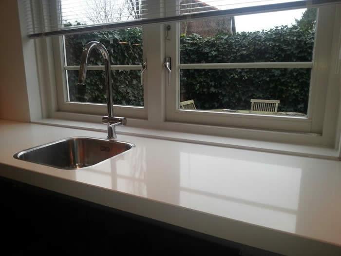 Grijze Keuken Wit Blad : Achter het werkblad van de keuken hebben we een mooie vensterbank