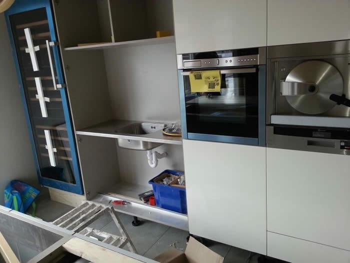 Ook de pantry zit er bijna in nu. Dit is een extra keuken in de hoge kasten wand (spoelbak, kraan etc).