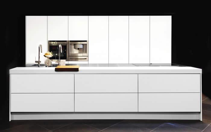 Over italiaanse design keukens s showroomkeuken in wit