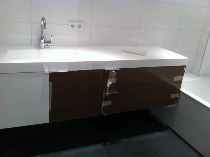 Het badkamer meubel is gemonteerd. De beschermfolie zit er nu natuurlijk nog op.