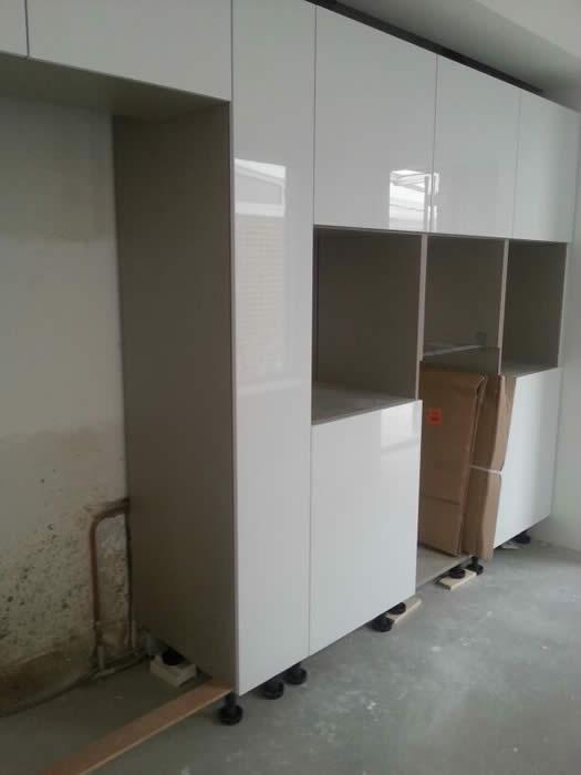 Amerikaanse Keuken Apparatuur : In het plafond zijn twee afzuigkappen gemonteerd zodat de kookplaat