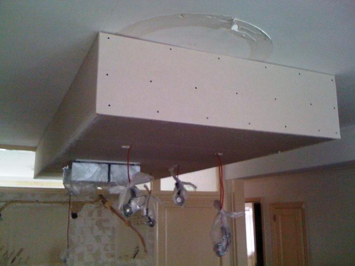 Verlaagde Plafond Keuken : In het verlaagde plafond is de verlichting en de afzuigunit ingebouwd.