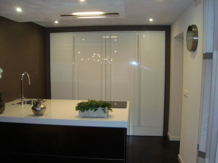 Voorraadkasten Keuken : De Snaidero hoge kasten zijn voorzien van plintkasten, ook de ruimte