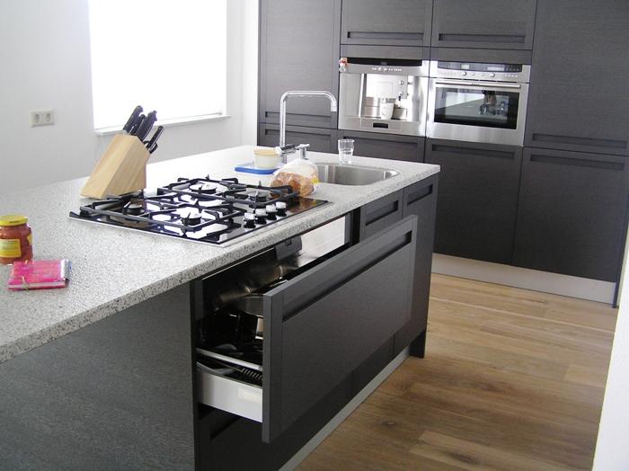 Compacte Design Keuken : Aan het eiland is ook een doorlopend aanrechtdeel gemaakt waar je met