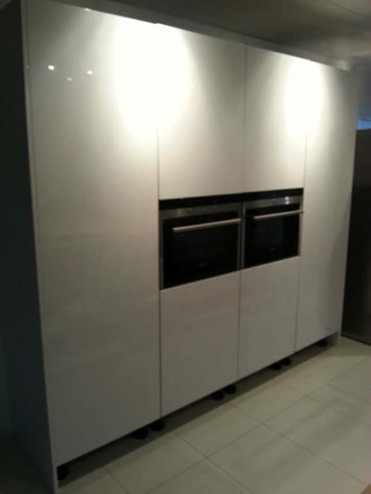 Hoge Kastenwand Keuken : Achter de draaideuren van de hoge kasten worden binnenlades gemonteerd